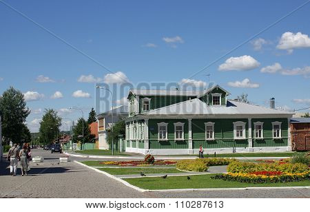 Kolomna, Russia - June, 2012: Home Of The Famous Writer Kuprin With Carved Architraves In Kolomna Kr