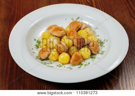 Fried, delicious potatoes on a plate.
