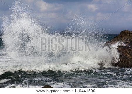 Big Waves Breaking On Shore - Wave Splashing On Rock
