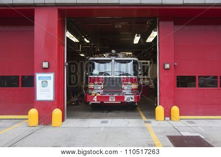 new york city, NY, USA, 11 september 2015: Fire Truck Backs Into River Street Lower Manhattan Garage