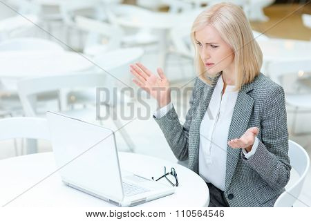 Business lady working in the cafe