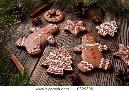 Gingerbread cookies man and woman couple christmas composition with icing on vintage wooden table ba