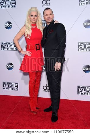 LOS ANGELES - NOV 22:  Jenny McCarthy & Donnie Wahlberg arrives to the American Music Awards 2015  on November 22, 2015 in Los Angeles, CA.