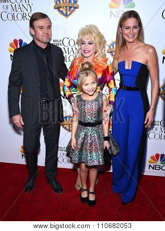 LOS ANGELES - DEC 02:  Rick Schroder, Dolly Parton, Alyvia Lind & Jennifer Nettles arrives to the