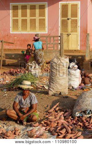 Belo-sur-tsiribhine, Madagascar, November 21, 2015 : Morning At The Market. The Majority Of The Popu