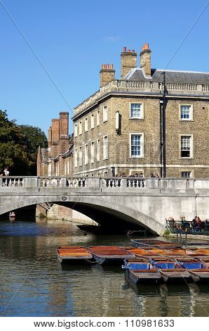 Punts, Bridge, Queens' College, Cambridge, England