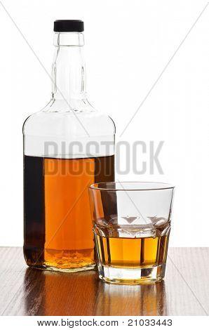 botella de whisky con vidrio aislado