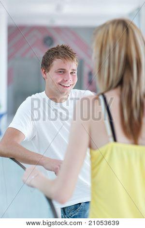 dos estudiantes universitarios hablar/coqueteando en el campus (DOF superficial, imagen en tonos de color)