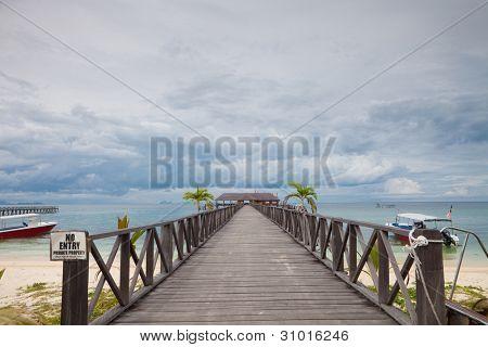 Calçadão de serenidade na ilha tropical