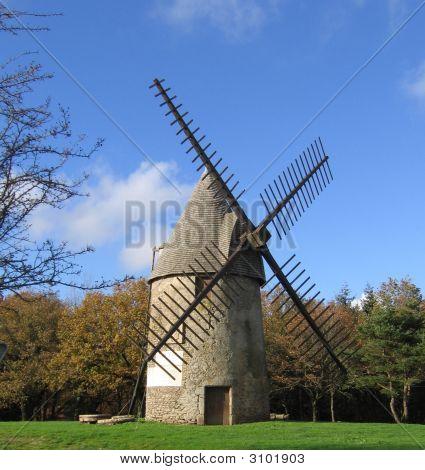 Moinho de vento em uma colina na França