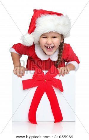 happy little Girl in Santa Hut sieht aus Geschenk-box