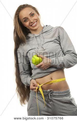 Porträt einer bezaubernden Frau schlägt Apple und Maßband over white background