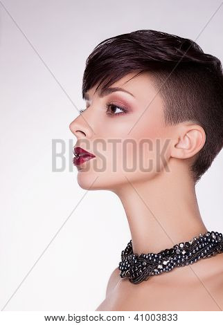 Aristocratic Profile Of Modern Imposing Woman - Short Hairs, Bob
