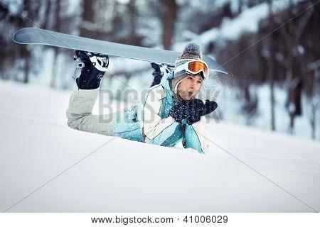 weiblichen Snowboarder wehenden Schnee