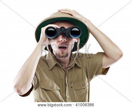 Explorer espantado, olhando através de binóculos