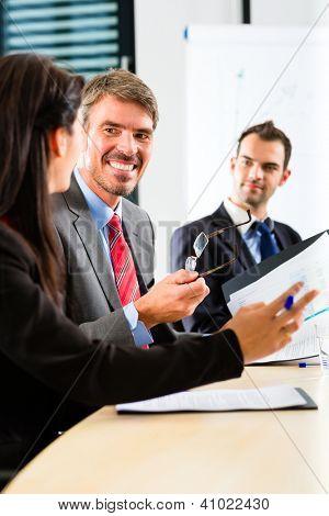 Business - Firmen haben ein Treffen mit Präsentation im Büro, sie einen Vertrag aushandeln