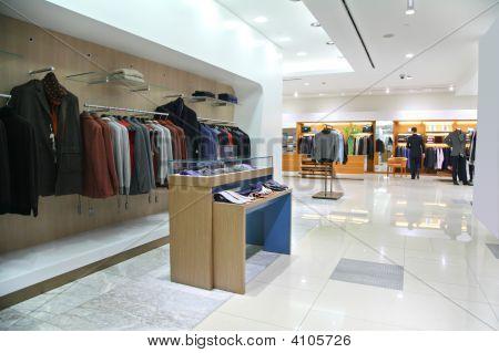 In een lichte lege moderne kleren van winkel