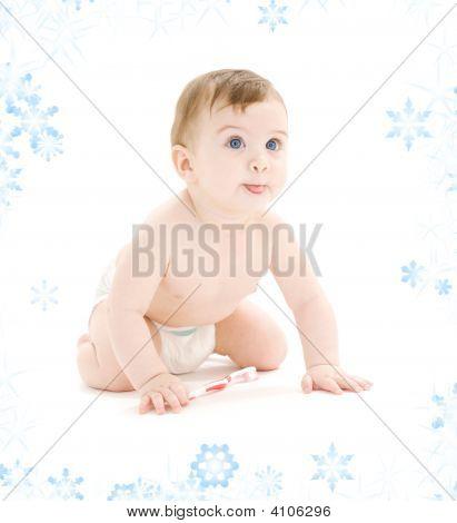 Baby Boy in Windel mit Zahnbürste Zunge herausstrecken