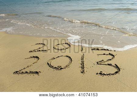 2012 e 2013, escrito na areia na praia