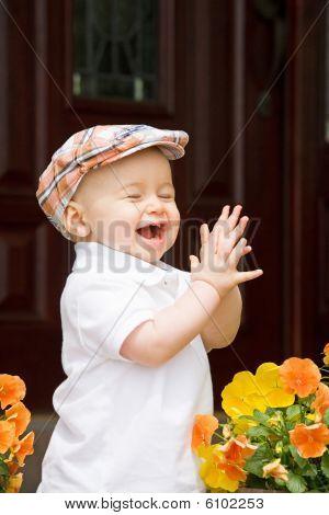 Lindo niño aplaudiendo