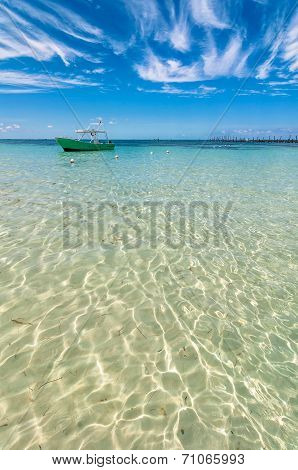 tropical sea and boat in Isla Mujeres