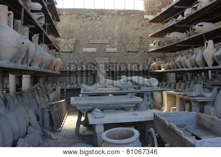 Pompei Roman Amphoras And Petrified Body