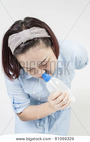 woman cleaning nasal by saline solution
