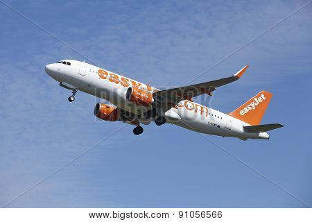 Amsterdam Airport Schiphol - Airbus A320 Of Easyjet Takes Off