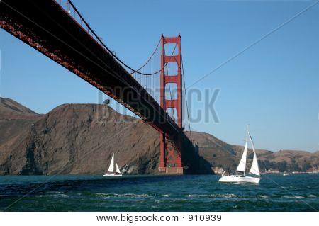 Segeln unter der Brücke