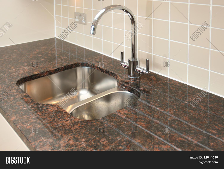 "Küchenspüle mit Granit-Arbeitsplatte."" Stockfotos & Stockbilder ..."