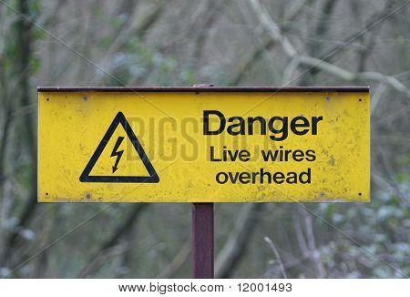Velho corroído sinal, sobrecarga de condutores de perigo