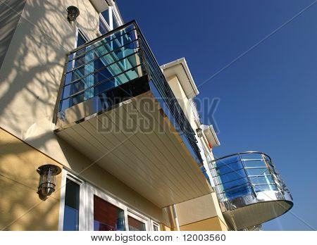 Casa nueva con balcones de cromo