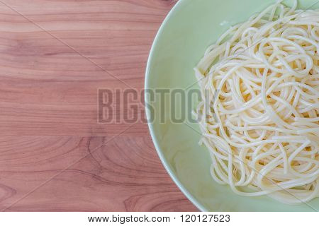 spagetti cooked in a green plate on wood background