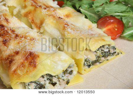 Cannelloni mit Schweinefleisch, Spinat, Ricotta-Käse und Pinienkernen.