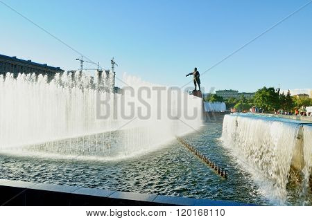 Complex Of Singing Fountains  And Monument To  Lenin At Moscow Square In Sunny Day In Saint-petersbu