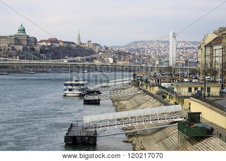 Budapest - February 24, 2012: Elisabeth Bridge (erzsebet Hid) Connecting Buda And Pest Across The Ri