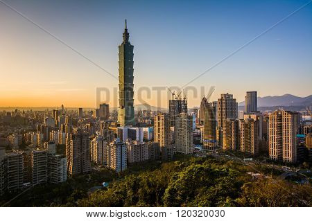 View Of Taipei 101 And The Taipei Skyline At Sunset, From Elephant Mountain, In Taipei, Taiwan.