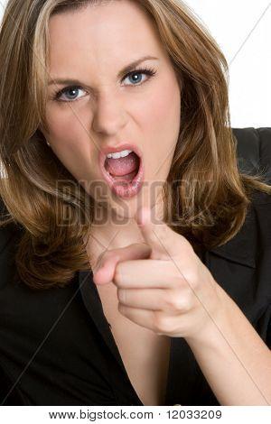 Mujer señala enojada