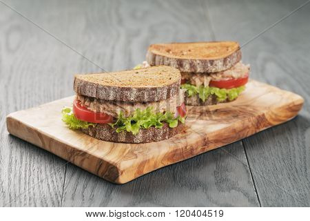 rye bread sandwich with tuna and vegetables