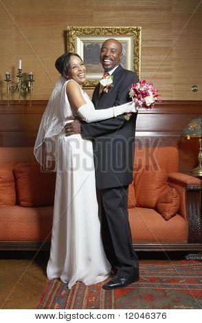 Brautpaar posiert für die Kamera