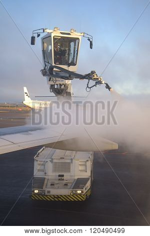 Deicing treatment of an airplane wing at Helsinki Airport