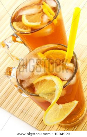 kalten Tee mit Cubes ein Eis und eine Zitrone