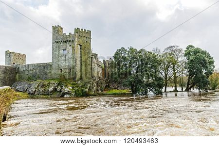 Photo of Cahir castle on the flooded Suir riverside