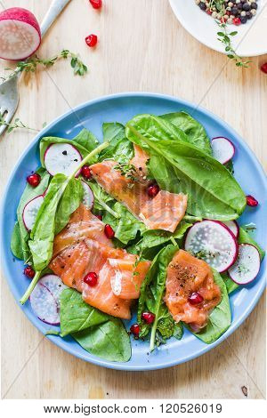 Salmon with spinach and pomegranate salad