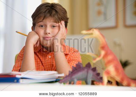 Joven, sentado en su escritorio