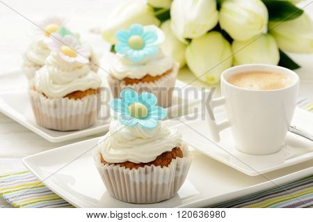 Cupcakes with buttercream decorated with flowers.