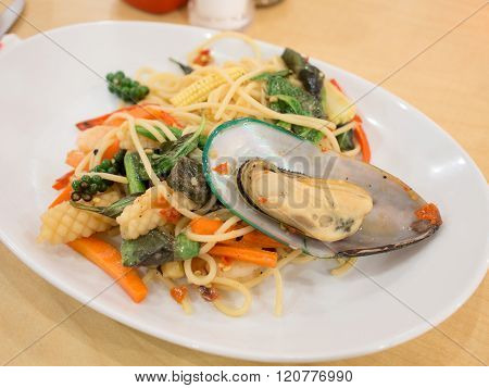 spicy stir fried noodle sea with big shells.