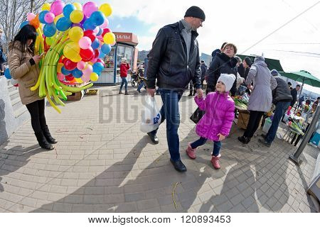 Creative Approach - Sell Bouquets Of Colorful Balloons Instead Of Flowers