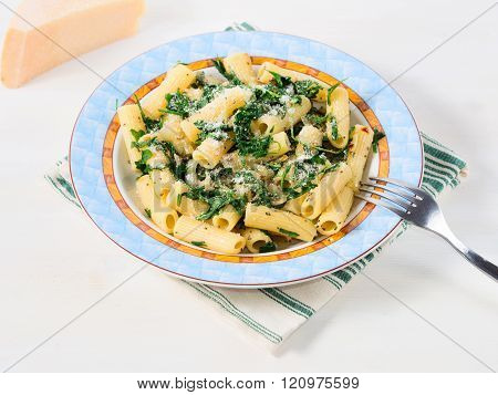 Rigatoni with arugula and chia