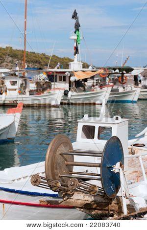 Detalle del barco griego en el puerto de Nea Epidauro
